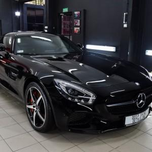 oklejony bezbarwną folią czarny Mercedes GTS AMG 2